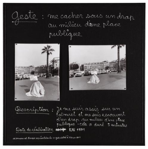 geste-me-cacher-sous-un-drap-au-milieu-d-une-place-publique-1971